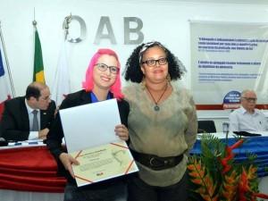 Recebendo prêmio da OAB quando a matéria foi premiada pela ordem