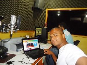 No estúdio preparando gravação de programa de rádio para campanha eleitoral
