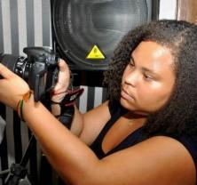 Emilae Sena fazendo trabalho de vídeo